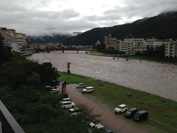 増水した飛騨川